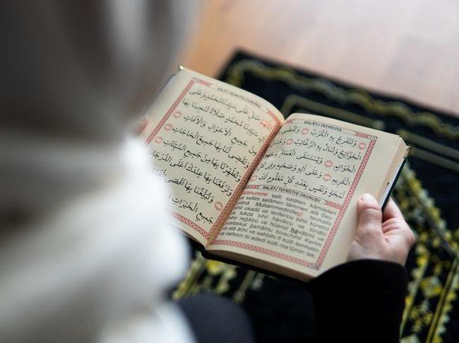 Tafsir Surah Al-A'raf Ayat 204,ada ketika mendengarkan lantuman Al-Qur'an